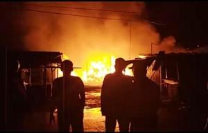 Puluhan Kios Di Pasar Wayjepara Terbakar