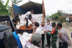 Pemkab Lamsel Salurkan 1.500 Peket Sembako Di Merbaumataram