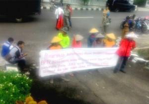 Warga Lamsel Tuntut Keabsahan Prona 2013