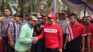 Ikut Gotong Royong, Bupati Lampung Tengah Salurkan Bantuan