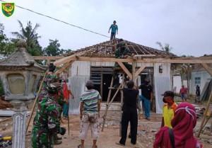 Warga Gotong-Royong Lakukan Evakuasi Dan Perbaiki Rumah