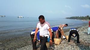 Satlantas Bersih-bersih Sampah Di Pantai Wisata Muara Indah
