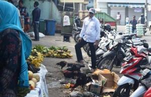 Sekdakab Tanggamus Kerahkan Petugas Bersihkan Sampah Di Pasar Kotaagung
