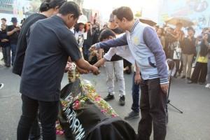 Sejumlah Aktivis HAM Tabur Bunga Atas `Kematian` KPK Di Tugu Adipura