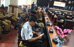 Pelantikan Ketua DPRD Metro, Oknum Pejabat Sibuk Main HP Saat Walikota Sampaikan Sambutan