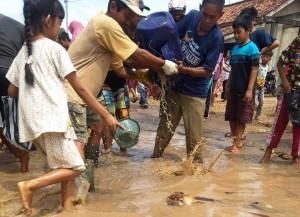 Protes, Warga Metro Tebar Ikan Di Jalan Rusak