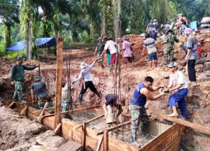 Tentara Dan Masyarakat Gotong-royong Bangun Jembatan