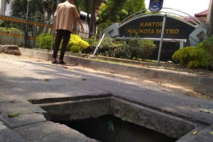 Awas! Lubang Besar Di Depan Kantor Pemkot Metro
