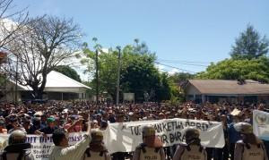 Ribuan Aparatur Desa Demo DPRD Pesisir Barat
