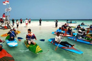 Lomba Balap Kano Di Pantai Sari Ringgung