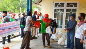 Tenaga Kontrak DLH Bandarlampung Terima Paket Sembako