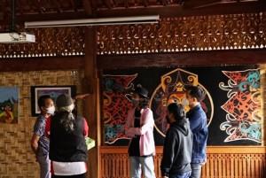 Mahasiswa Itera Pameran Art Deco Mulang Tiyuh