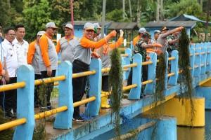 Hari Air Sedunia, Bersihkan Gulma Di Danau Kemuning