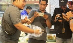 Waduh, Ada Tikus Dalam Etalase Roti Di Chandra Supermarket