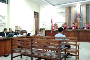 Kadis PUPR Mesuji Membagi Uang Untuk Pejabat Polda Di Mobilnya
