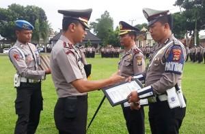Dua Anggota Polisi Dan Satu Polsek Berprestasi Terima Penghargaan