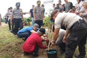 Polres Pringsewu Tanam 3.500 Bibit Pohon Penghijauan