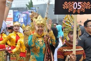Chusnunia Dampingi Kontingen Parade Budaya Lampung