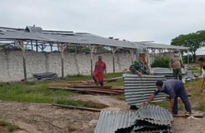 Puting Beliung Di Tulangbawang, Personel TNI Bantu Warga Bersihkan Material Bangunan