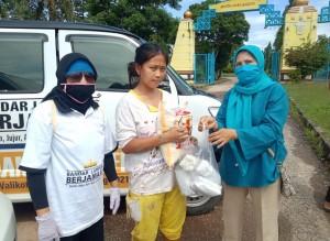 Relawan Berjamaah Bagikan Beras Dan Nasi Bungkus