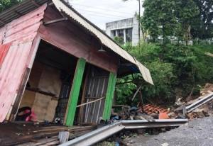 Longsor, Bangunan Tambal Ban Di Panjang Rusak Parah
