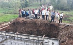 Lamtim Bangun Jembatan Di Jalan Utama Sumbermarga-Sumurbandung
