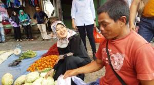 Blusukan, Nunik Sapa Pedagang Di Pasar Krui