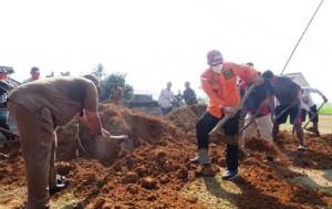 Loekman Ikut Gotong-royong Perbaiki Jalan Di Ramanindra