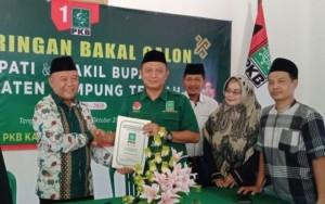 Kepala Kesbangpol Lampung Timur Ambil Formulir Balon Wabup Di PKB