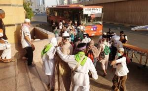 Tunggu Bus Beroperasi, Jemaah Nikmati Jalan Kaki Tunaikan Rukun Haji