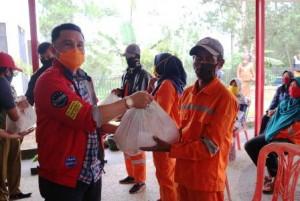 Petugas Kebersihan Di Lampung Barat Dapat Sembako
