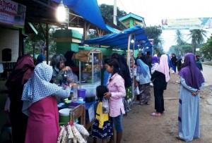 Santri Ponpes Minhadlul Ulum Gelar Bazar Takjil