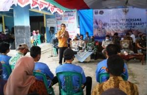 Dialog Dengan Warga Krui Selatan, Bupati Pesibar Serahkan Sertifikat PTSL