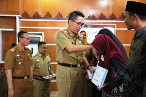 Pemkab Lamtim Beri Hadiah Kepada Peraih Juara MTQ Provinsi