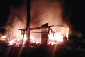Diduga Akibat Perkelahian, Rumah Di Kampung Lebuhdalam Ludes Dibakar Massa
