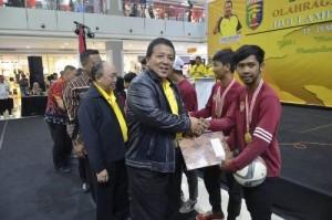 Gubernur Serahkan Uang Pembinaan Untuk Atlet Formi Berprestasi
