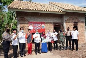 Bupati Lamsel Serahkan Hasil Bedah Rumah Swadaya Pejabat Pemkab