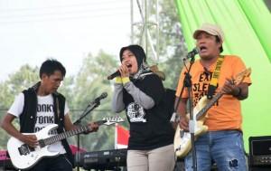 Buka Festival Band, Nunik  Nyanyikan Lagu Rumah Kita