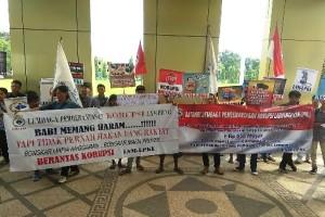 Puluhan Massa Demo Di Kantor Dinas PU Lampung