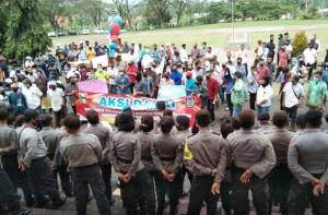Ratusan Calon Kepala Pekon Demonstrasi Di Depan Kantor Bupati Tanggamus