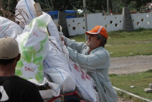 Lewat <i>Krui Kecahko</i>, Warga Amerika Galang Kesadaraan  Bersihkan Pantai Di Pesisir Barat