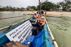 Polisi Patroli Di Pulau Terluar Pesisir Barat