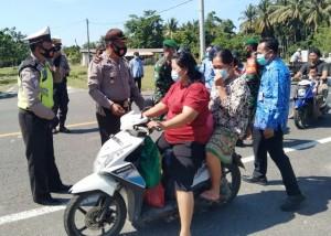 Personel Gabungan Operasi Disiplin Prokes Di Pesisir Selatan
