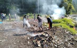 Jumat Bersih, Warga Gotong-Royong Bersihkan Pinggir Sungai