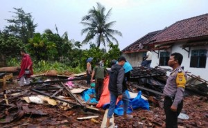 Aparat Kepolisian Evakuasi Korban Bencana Puting Beliung