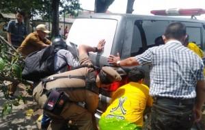 Rem Blong, Ambulans Dinkes Metro Tabrak Pohon