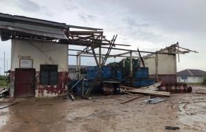 Atap Bangunan PT BNIL Disapu Angin Kencang