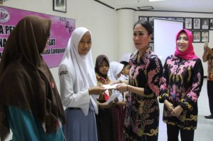 IIP BUMN Lampung Serahkan Bantuan Pendidikan Anak Berprestasi