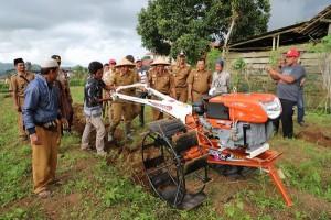Kelompok Tani Di Lambar Dapat Bantuan Sembilan Traktor