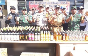 Polisi Sita Ratusan Botol Miras Dan Ratusan Liter Tuak